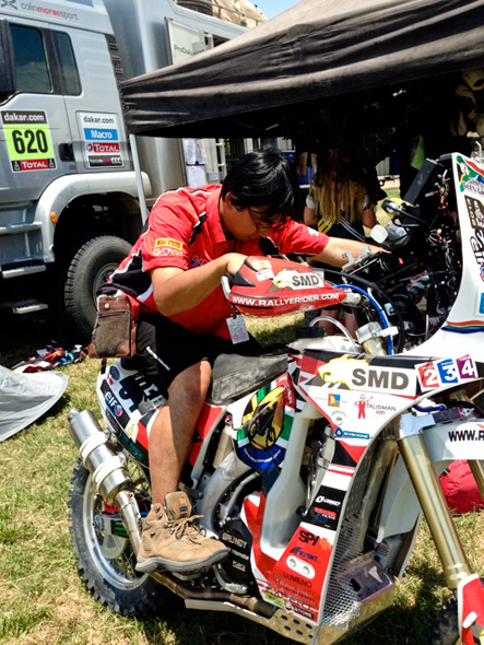 Dakar 2013: One of the HRC engineers trying the Australian flavoured 450X