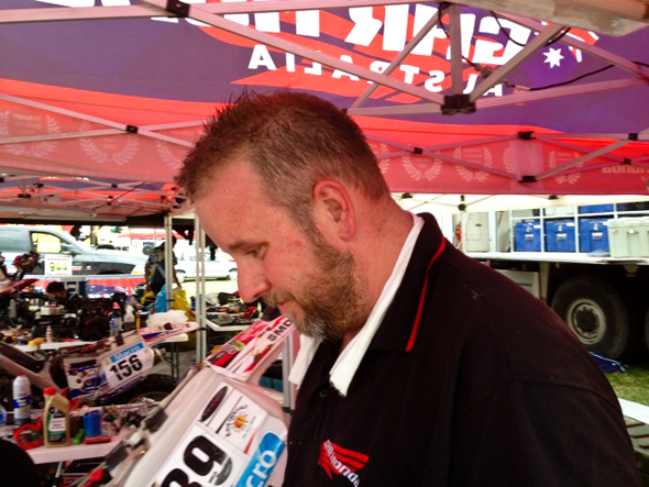 Dakar 2013: Mechanic Simon Wade with factory air-conditioning.